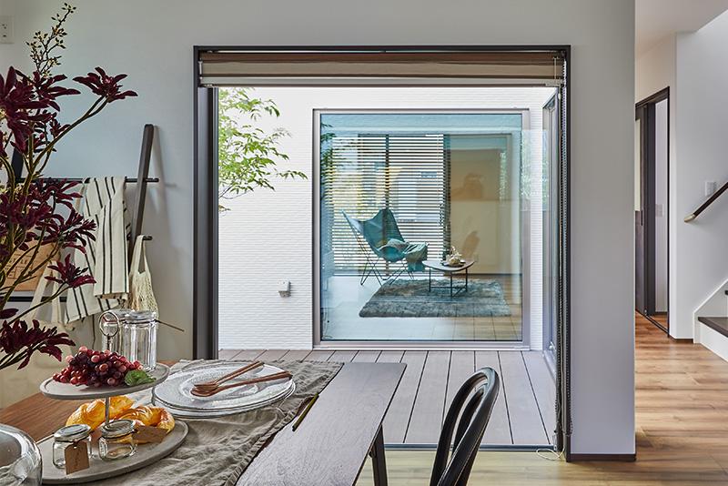 部屋全体に明るさを与える中庭。開放感のある大きな窓から、気持ちのよい眺めが楽しめます。