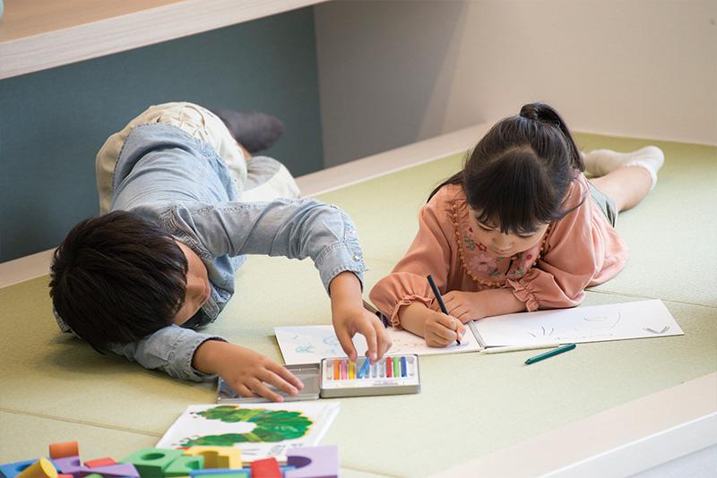 好きな姿勢で好きなことができる畳のスペース。子どもが自由に想像力をふくらませられる空間です。