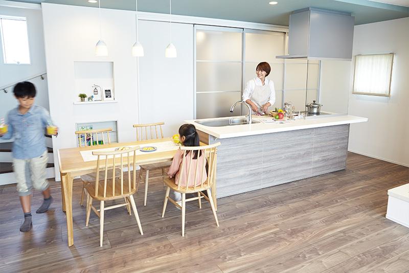 家族みんなで食事の準備がしやすい対面キッチン。行き止まりがない動線により、家事を円滑に進められ、子どももお手伝いしやすくなります。