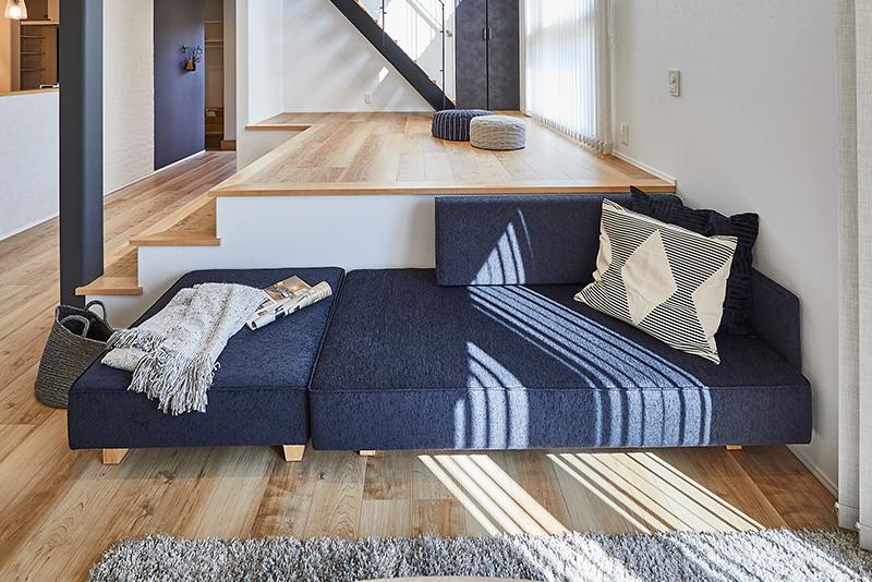 子どもが遊んだり、お遊戯を披露したりするのに最適な、LDKの床よりも高い位置にあるスキップフロア。ソファに座った大人と目線の高さが合います。