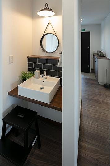 玄関のすぐそばにある洗面所。子どもも自然と手洗い習慣が身につきます。寝室にも近いため、洗顔や歯磨きにも便利です。