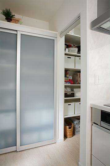 ストック品などを収納できる大容量パントリー。キッチンからだけでなく、廊下からも入れられます。
