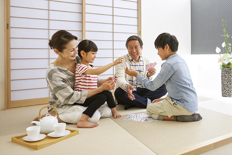 おじいちゃん、おばあちゃんが、孫とのびのび遊べる畳コーナー。両親が共働きの場合も楽しく過ごせます。