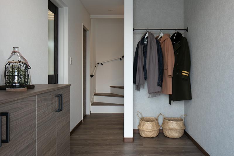 玄関をあがってすぐのところにあるコート掛け。部屋まで上着を持ち込まずにすむほか、お客様のコートもかけられます。