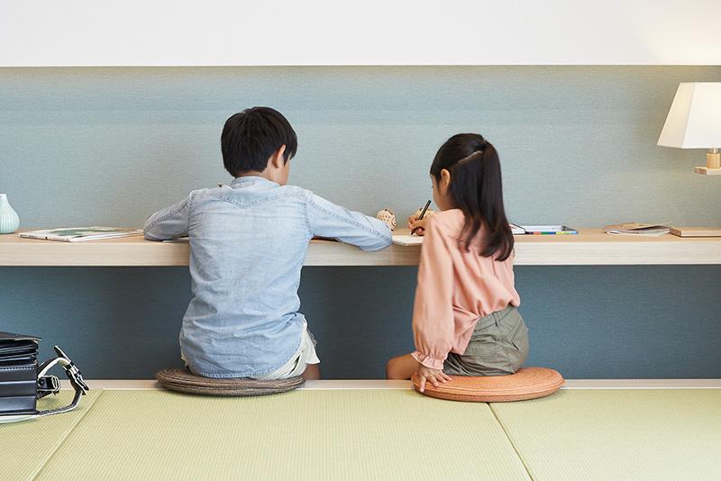 キッチンやリビングから目が届く、小上がり畳コーナー。掘りごたつ式カウンターで子どもが宿題をする際も、様子をしっかり見守れるので安心です。