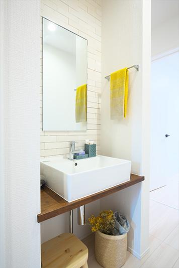 どろんこで帰ってきた子どもが、玄関近くで手を洗い、そのまますぐに浴室へ。床や壁の汚れを最小限にできるので、お掃除がラクになります。