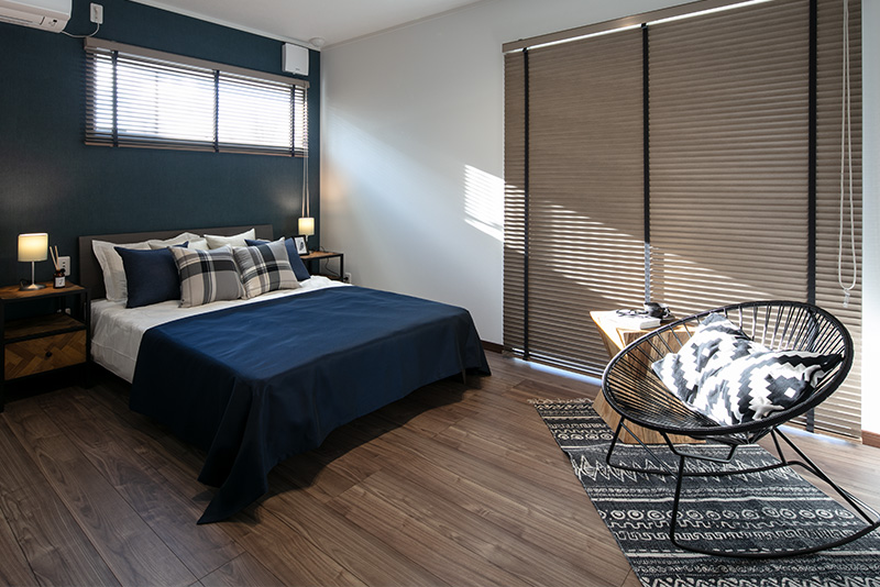 朝日が差し込む主寝室。気持ちのよい朝を迎えられます。