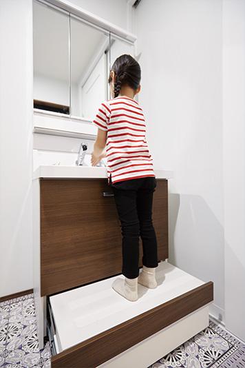 玄関と直結した手洗いコーナー。帰ったときの動線上にあるから、毎日の手洗い習慣が、子どもも自然と身につけられます。