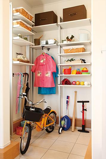 ベビーカーや杖、キャリーカートなどがたっぷり入る共有の土間収納。玄関がすっきり片 づきます。