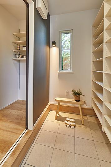 土間続きのゆったり収納スペース。雨で濡れたものや外で汚れたものを、室内に持ち込まずに置いておけます。