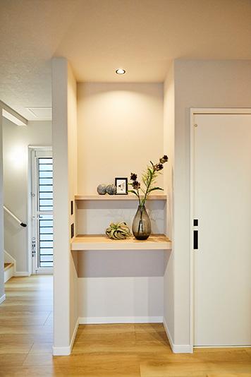 リビングでよく使うものを置いておけるスペース。お気に入りのものを飾ることもできます。