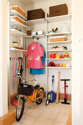 靴や雨具、子どもの遊び道具など、外で利用するものをたくさん収納できます。