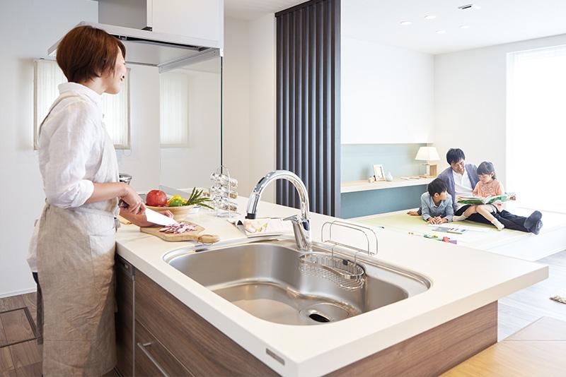家族でゴロゴロくつろげる、小上がりの畳スペース。子どもが遊んでいるときなどは、キッチンで家事をしながら様子が見られます。