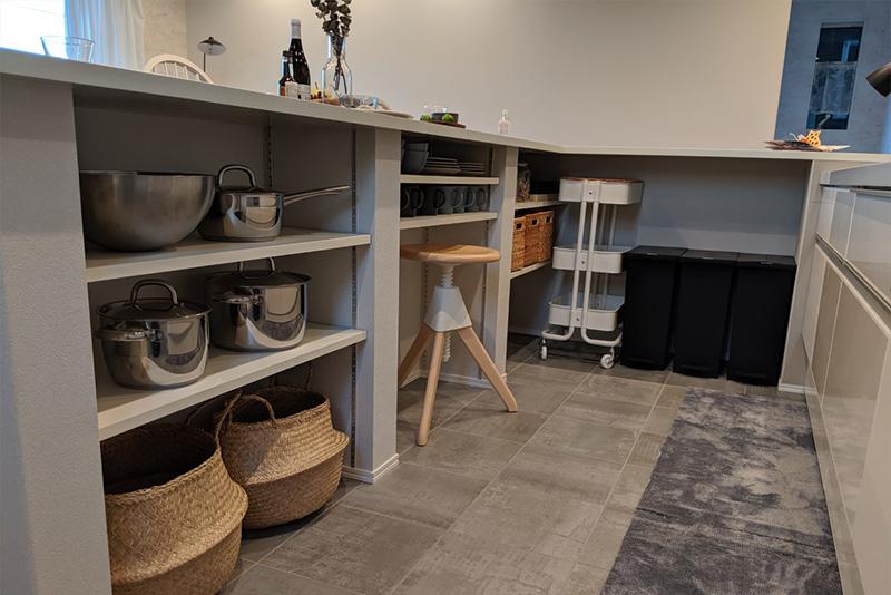 イス側から見えないカウンター下には、鍋やお皿、カゴ、ごみ箱などを便利に収納できます。