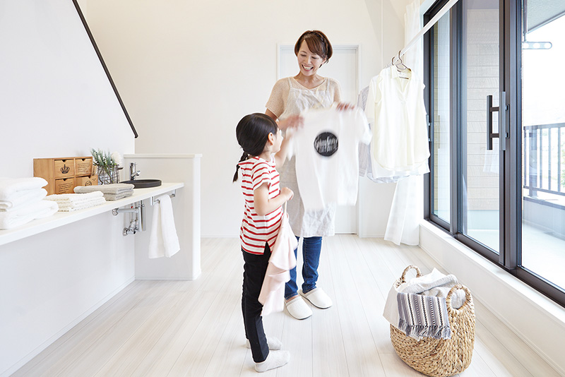 天気や時間を気にせず、洗濯物を干せるファミリースペース。バルコニーのそばなら、急な雨の際もさっと部屋干しに切り替えられます。子どもと一緒に干すことができる、ゆったりとした広さです。