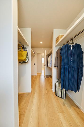 家族全員のものをまとめてしまえる収納スペース。洗濯物の片づけをラクにします。