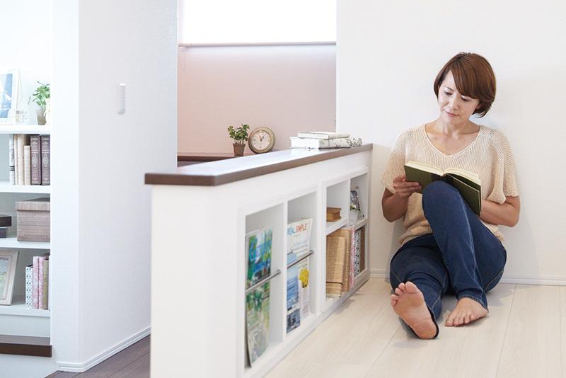 家族みんなが気軽に本を読める、廊下の壁を活用した本棚。子どもも自然と本に親しめる環境です。