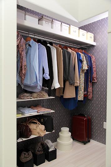 家族の服などをひとまとめにして収納できる、大きなファミリークローゼット。一人ひとりの部屋に洗濯物を仕分ける手間が省けます。