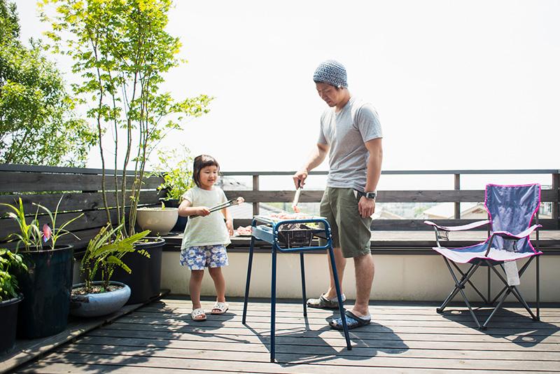 リビングの窓から直接出られる、広めのバルコニー。家族や友人とのBBQ、子どものプール遊び、 ガーデニング、アフタヌーンティーなど、アウトドアリビングとしてさまざまな使い方ができます。