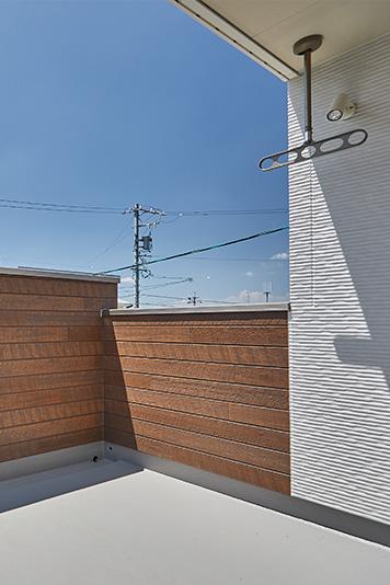 外側から見えにくい、外壁が高いバルコニー。人目を気にせず、洗濯物を干したり、子供と遊んだりできます。
