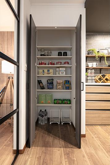 2階のキッチン脇にある収納スペース。掃除機ほか、日用品の収納に最適です。